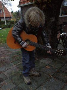 Tijn op zijn gitaar